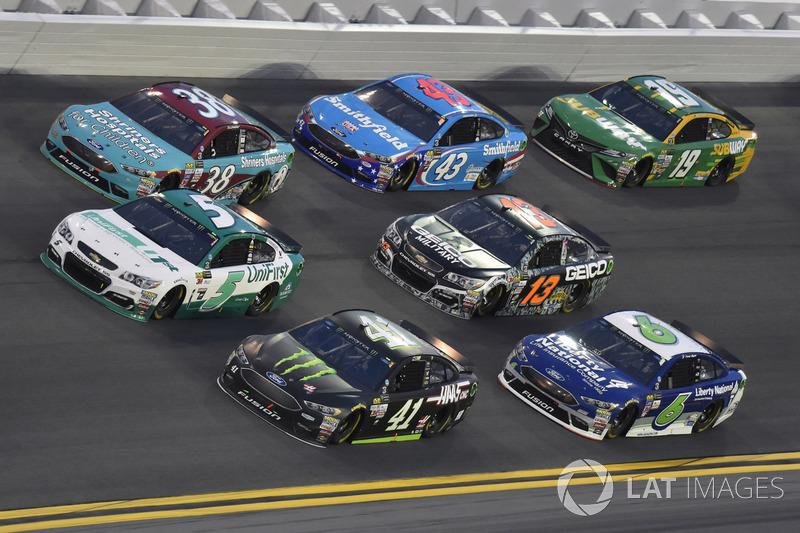 Kurt Busch, Stewart-Haas Racing Ford, Kasey Kahne, Hendrick Motorsports Chevrolet, David Ragan, Front Row Motorsports Ford