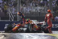 Kimi Raikkonen, Ferrari SF70H, Max Verstappen, Red Bull Racing RB13, nach Crash