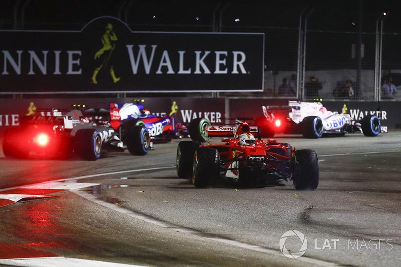 Машина Себастьяна Феттеля после аварии на старте в Сингапуре