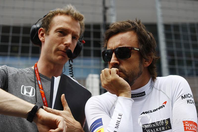 Фернандо Алонсо, McLaren, розмовляє з інженером