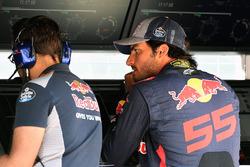 Гонщик Scuderia Toro Rosso Карлос Сайнс-мл. на командном мостике