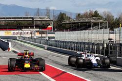 Даниэль Риккардо, Red Bull Racing RB13 и Фелипе Масса, Williams FW40 на пит-лейне