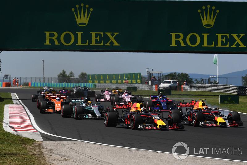 Daniel Ricciardo, Red Bull Racing RB13 y Max Verstappen, Red Bull Racing RB13 al inicio de la carrera