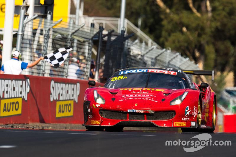 Ganadores de la carrera #88 Maranello Motorsport, Ferrari 488 GT3: Toni Vilander, Craig Lowndes, Jamie Wincup