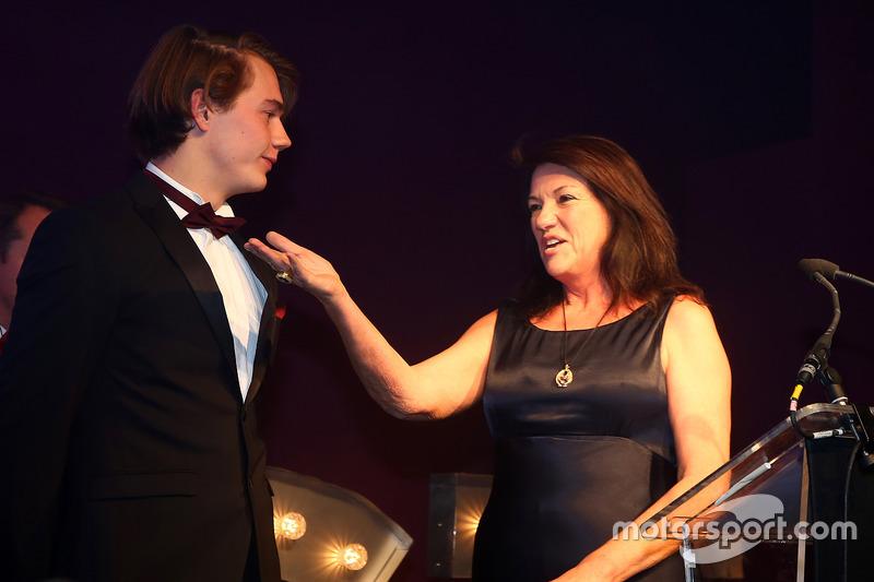 Ganadores del trofeo Sean Edwards: Jules Szymkowiak con Daphne McKinley Edwards, Presidente y fundador de la Fundación Sean Edwards