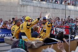 Já no fim do desfile, Barrichello foi bastante ovacionado pela torcida