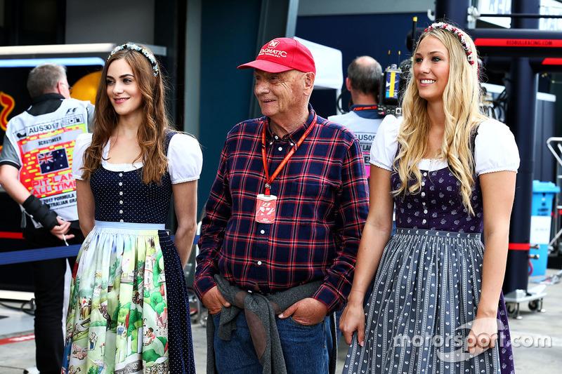 Niki Lauda, Mercedes-Teamboss, mit Girls