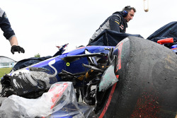 The crashed car of Carlos Sainz Jr., Scuderia Toro Rosso STR12 is recovered after FP1