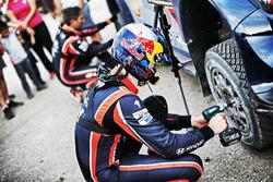 Thierry Neuville, Nicolas Gilsoul, Hyundai i20 WRC, Hyundai Motorsport ceckhing tyres