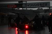 豪雨と落雷のためQ2&Q3キャンセル。ピットに戻されるマシン