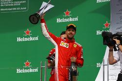 Sebastian Vettel, Ferrari celebrando en el podio