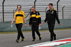 Ciaron Pilbeam, Renault Sport F1 Team, Bob Bell, Renault Sport F1 Team and Alan Permane, Renault Sport F1 Team Race Engineer walk the track