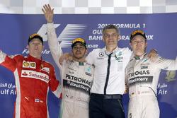 Podio: segundo puesto Kimi Raikkonen, Ferrari, ganador de la carrera Lewis Hamilton, Mercedes AMG F1