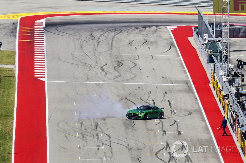 Usain Bolt se toma un paseo en un Mercedes de Lewis Hamilton, Mercedes AMG F1