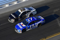 Ricky Stenhouse Jr., Roush Fenway Racing Ford Fusion, Aric Almirola, Stewart-Haas Racing Ford Fusion