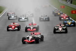 Kimi Raikkonen, McLaren Mercedes MP4/21, al comando alla partenza della gara