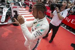 Le vainqueur Lewis Hamilton, Mercedes-AMG F1 prend un selfie dans le Parc Fermé