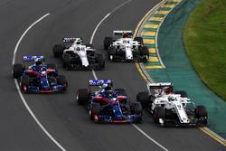 Marcus Ericsson, Sauber C37 et Brendon Hartley, Scuderia Toro Rosso STR13 en lutte