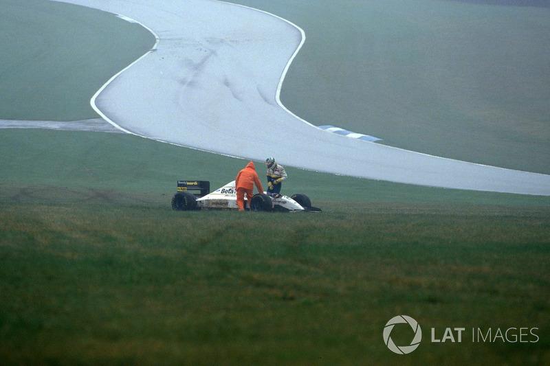 Fabrizio Barbazza, sort de sa Minardi M193 Ford après une sortie de piste