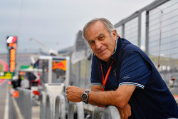 Giorgio Piola works in the F1 pitlane