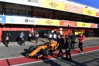 Stoffel Vandoorne, McLaren MCL33 stopped in pit lane