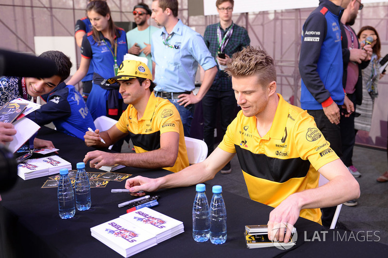 Carlos Sainz Jr., Renault Sport F1 Team y Nico Hulkenberg, Renault Sport F1 Team firman autógrafos