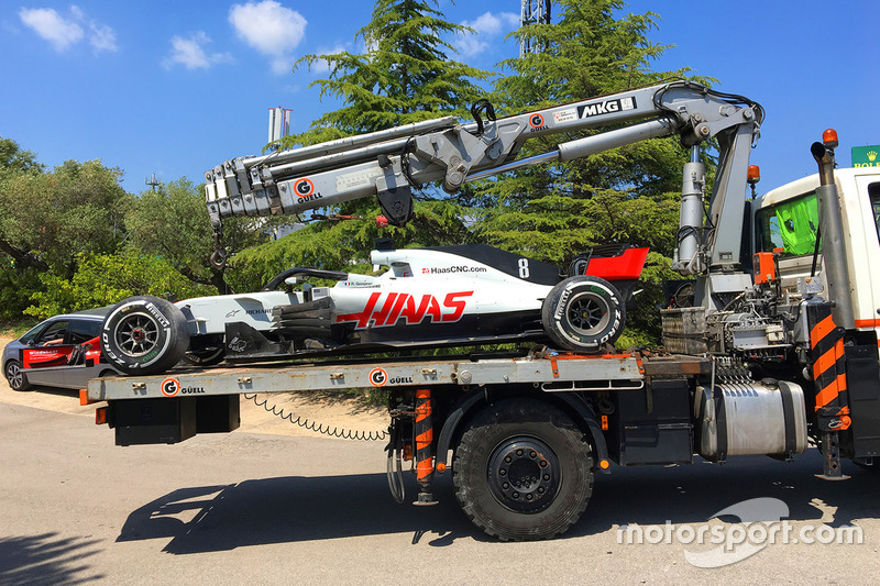 Romain Grosjean, Haas F1 Team VF-18 viene riportato ai box