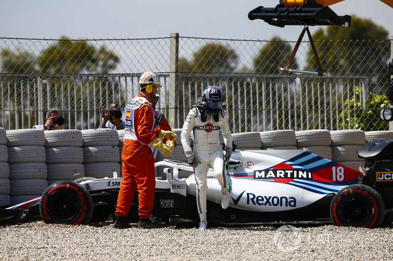 Lance Stroll, Williams FW41, sale de su automóvil y es asistido por mariscales después de girar en la grava