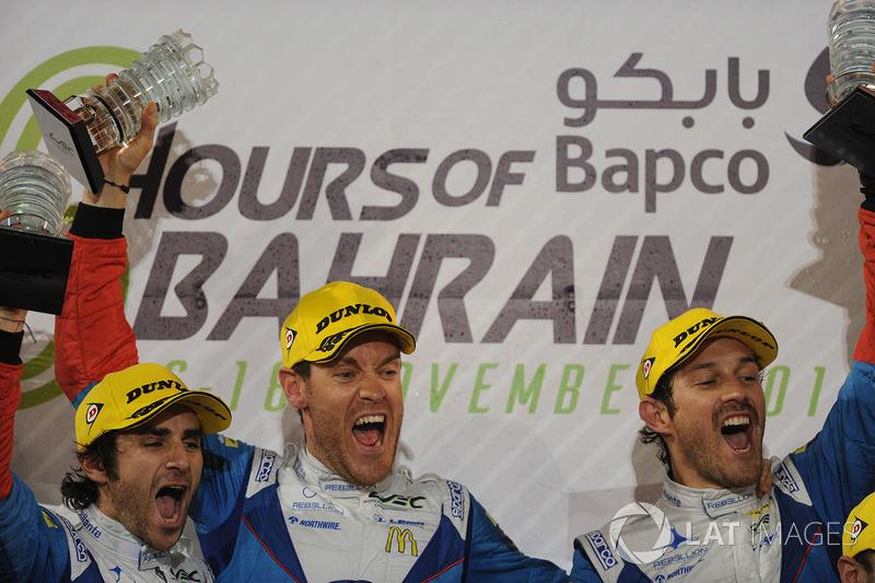 Bruno Senna (à direita) venceu as 6 Horas do Bahrein e de quebra levou otítulo da classe LMP2 do WEC, junto com os franceses Julien Canal e Nicolas Prost