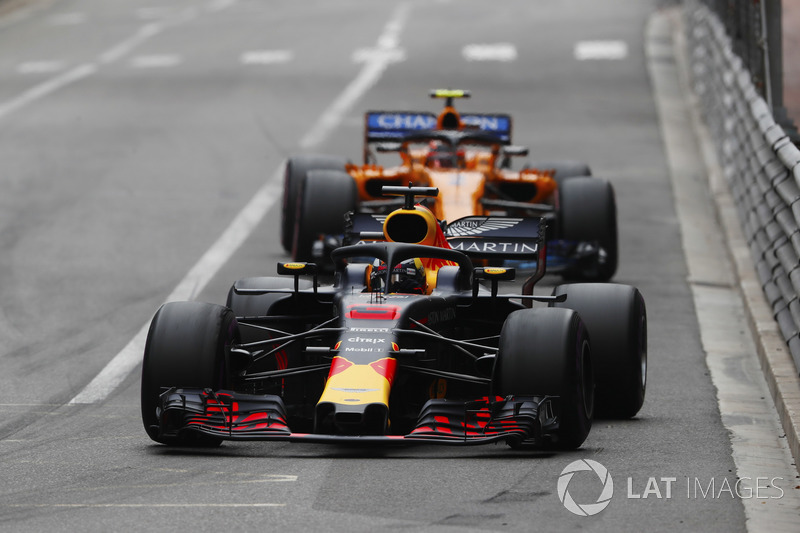 Daniel Ricciardo, Red Bull Racing RB14, Stoffel Vandoorne, McLaren MCL33
