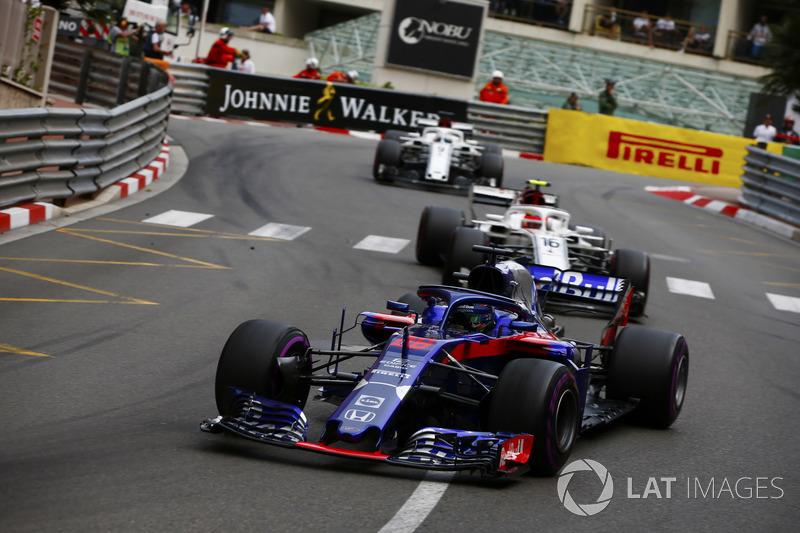 Brendon Hartley, Toro Rosso STR13, precede Charles Leclerc, Sauber C37 e Marcus Ericsson, Sauber C37