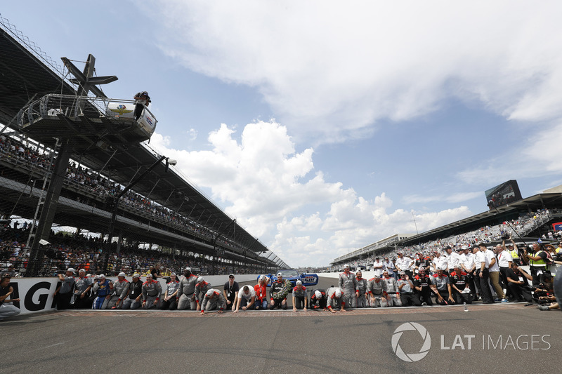 Il Team Penske Chevrolet bacia i mattoni
