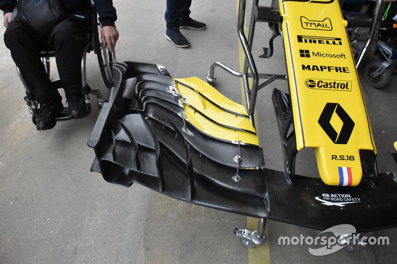 Uma olhada na asa dianteira de mais nova especificação da Renault. Observe a seção externa, fortemente empilhada. O endplate foi dividido em várias seções na parte traseira, a fim de auxiliar o fluxo externo.