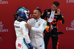 Yarışın kazananı Lewis Hamilton ve Valtteri Bottas parc fermede kutlama yapıyor, Mercedes-AMG F1