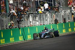 Le vainqueur Lewis Hamilton, Mercedes AMG F1 W09, passe sous le drapeau à damier