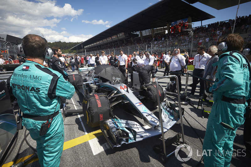 Des ingénieurs sur la grille avec Lewis Hamilton, Mercedes AMG F1 W09