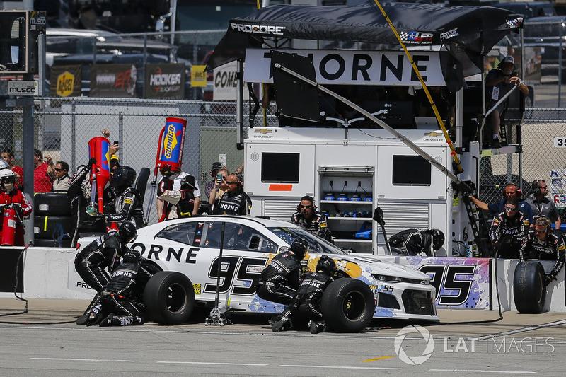 Kasey Kahne, Leavine Family Racing, Chevrolet Camaro Thorne Wellness, pit stop