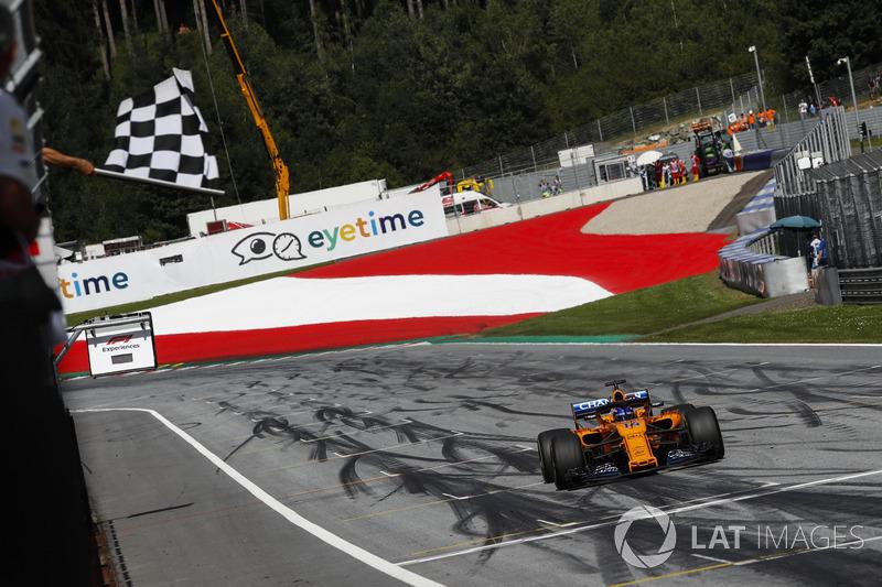 Fernando Alonso, McLaren MCL33, prende la bandiera a scacchi