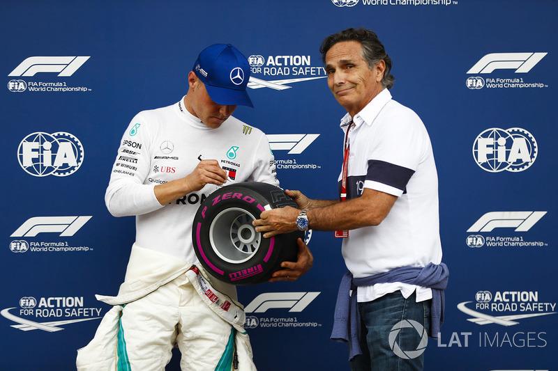 Обладатель поула гонщик Mercedes AMG F1 Валттери Боттас и Нельсон Пике