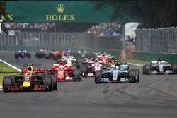 Max Verstappen, Red Bull Racing RB13 mène au départ, Lewis Hamilton, Mercedes-Benz F1 W08  victime d'une crevaison après un contact avec Sebastian Vettel, Ferrari SF70H