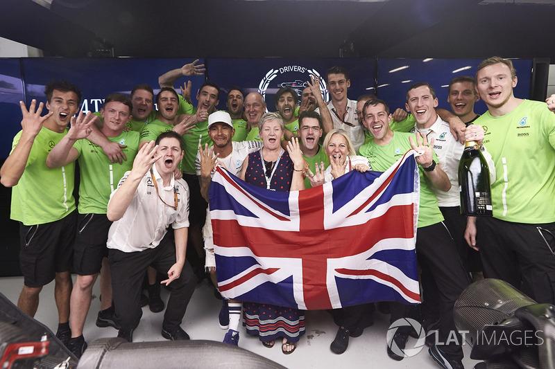 Campeón del mundo de F1 2017 Lewis Hamilton, Mercedes AMG F1 con su madre Carmen Lockhart