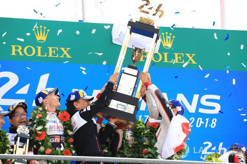 Genel podyum: Kazanan Sébastien Buemi, Kazuki Nakajima, Fernando Alonso, Toyota Gazoo Racing