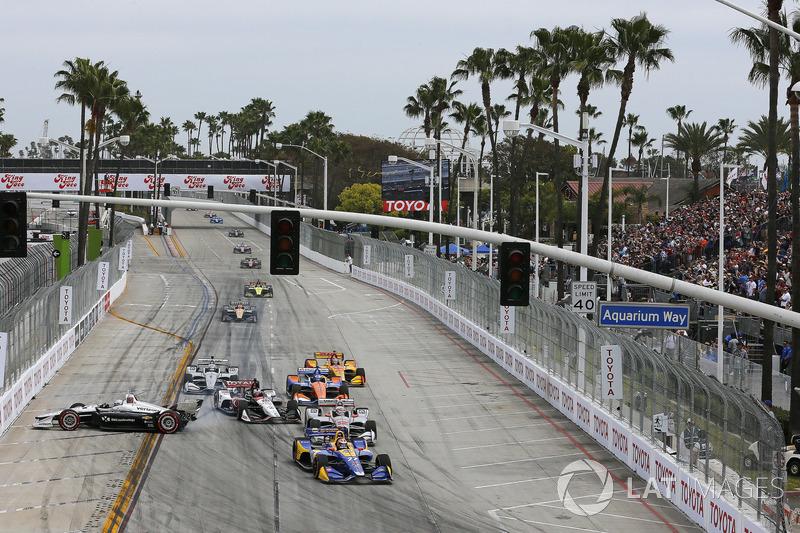 Alexander Rossi, Andretti Autosport Honda mène au départ alors que Simon Pagenaud, Team Penske se crashe