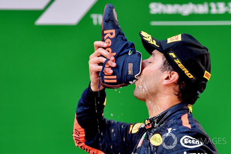 Yarış galibi Daniel Ricciardo, Red Bull Racing shoey ile kutluyor