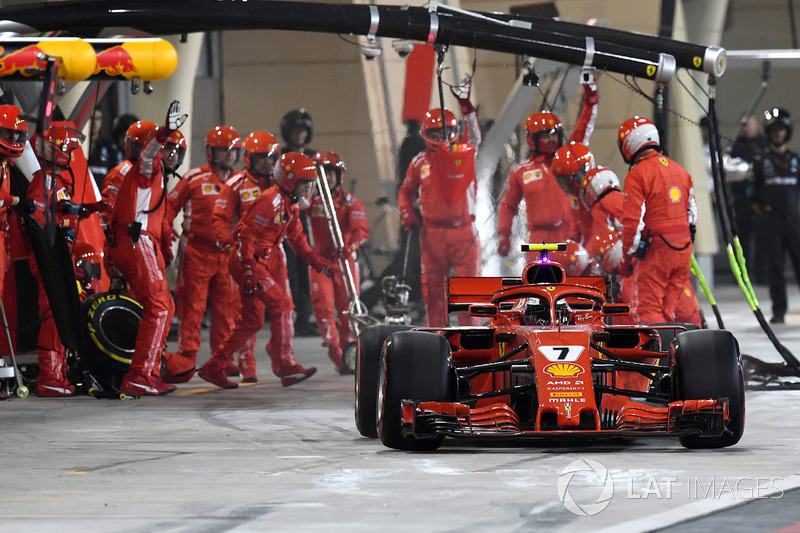 Kimi Raikkonen, Ferrari SF71H menabrak mekanik saat pitstop