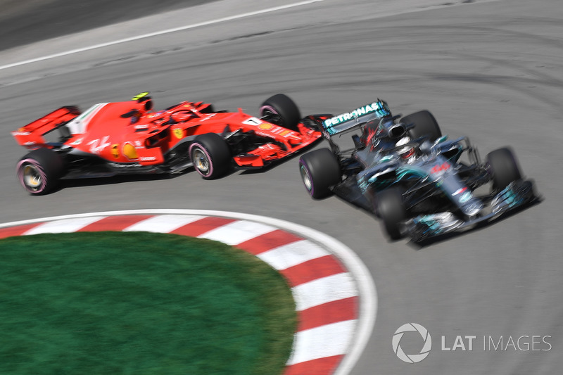 Lewis Hamilton, Mercedes-AMG F1 W09 y Kimi Raikkonen, Ferrari SF71H