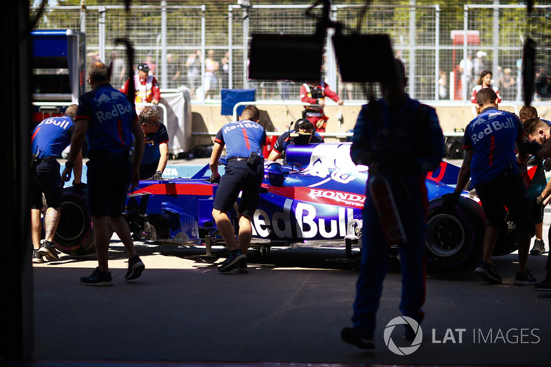 Toro Rosso engineers recover Pierre Gasly, Toro Rosso STR13, to the garage