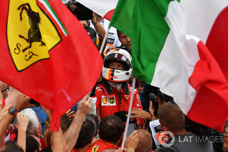 El ganador de la carrera Sebastian Vettel, de Ferrari, celebra su triunfo número 50