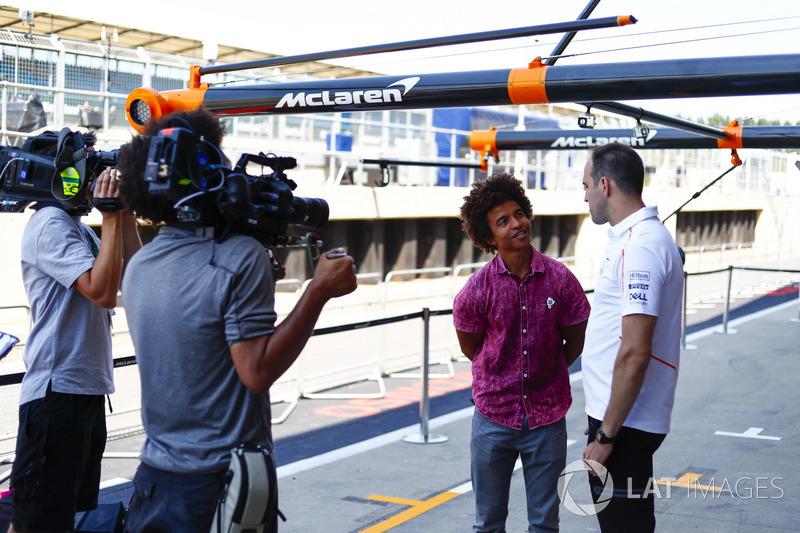 L'ingegnere McLaren Tom Stallard, parla con il presentatore di Blue Peter, Radzi Chinyanganya