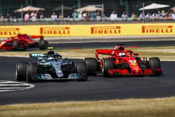 Valtteri Bottas, Mercedes AMG F1 W09, battles with Sebastian Vettel, Ferrari SF71H